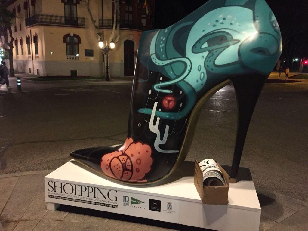 1ec4ea4cccc ¡La que está liando El Corte Inglés en Albacete con atractivos zapatos  gigantes!